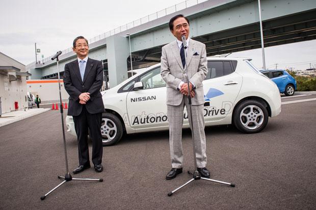 VP Mundial da Nissan, Toshiyuki Shiga, e o Prefeito Yuji Kuroiwa.
