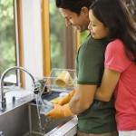 Homens que lavam louça são mais felizes, segundo estudo.