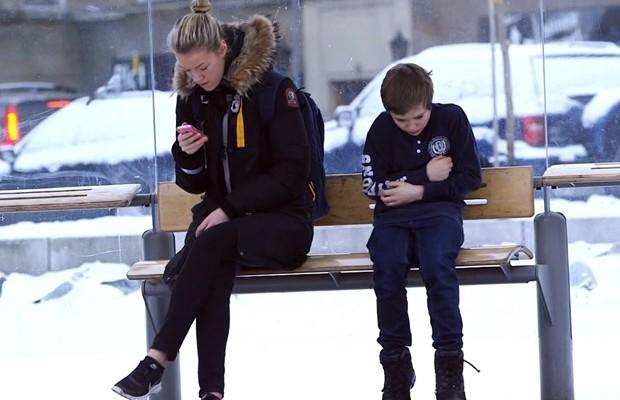 Experimento: Garotinho passa frio em ponto de ônibus da Noruega. Será que alguém ajudou?
