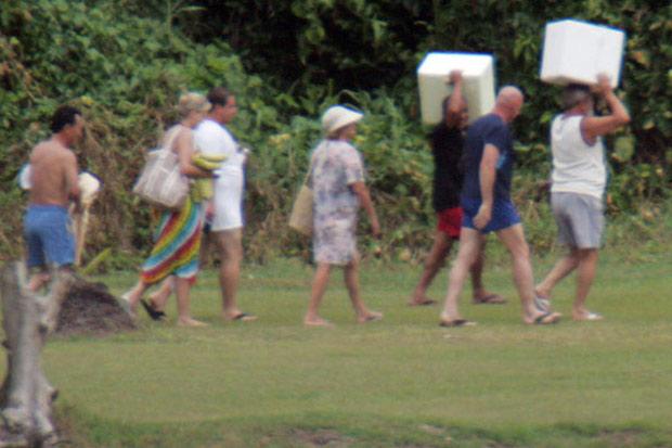 Ex-presidente Lula acompanhado de um grupo de amigos e seus isopores na Praia de Inema (BA) - (Foto: Márcio Fernandes/AE)