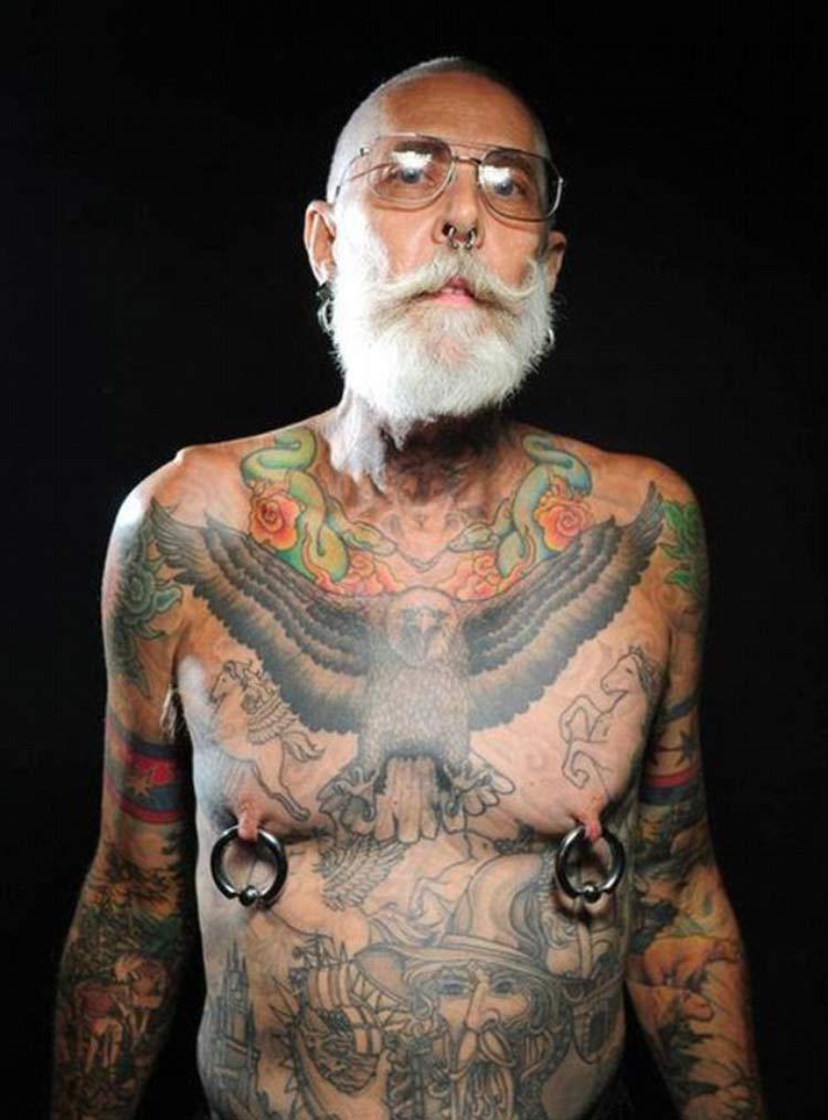 velho-tatuado-piercing