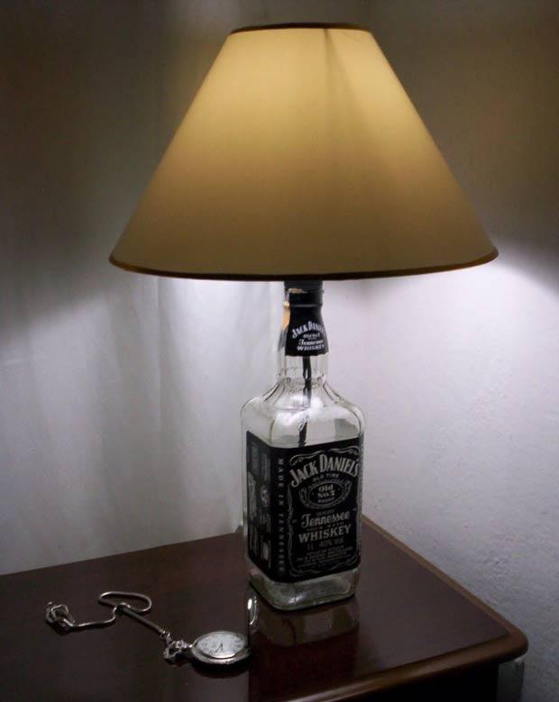 Dessa vez a garrafa de Jack Daniel's virou o suporte de um abajur.