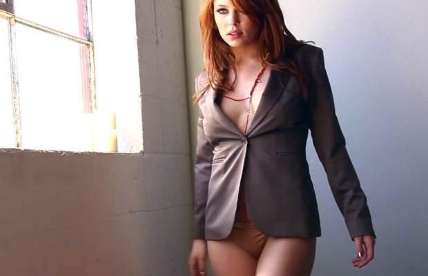 Tawny Swain tira o blazer pra você! [+18]