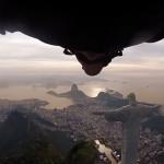 Um voo arriscado de Wingsuit pelo Rio de Janeiro
