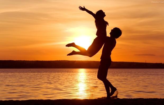 Resultado de imagem para namorados se abraçando