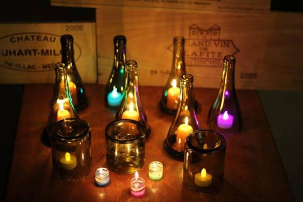 Garrafas de vinhos cortadas + velas = decoração luminosa.