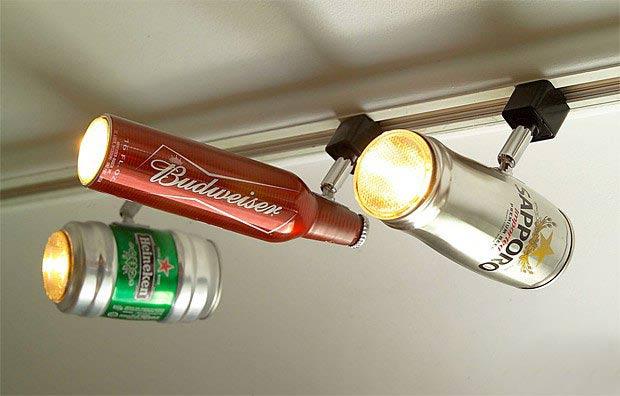 Latas de cervejas transformaram-se em um spot de luz.