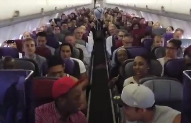 """Casting de """"O Rei Leão"""" da Austrália solta a voz em avião"""