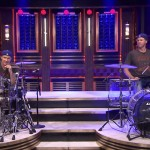 Sósias Chad Smith do Red Hot Chili Peppers e Will Ferrell fazem duelo de bateria