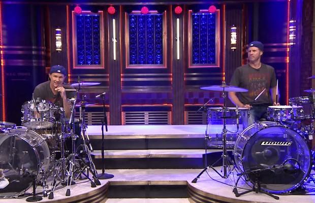 Sósias Chad Smith do Red Hot Chili Peppers e Will Ferrell fazem duelo de bateria