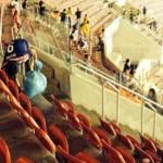 Japoneses recolhem o próprio lixo após jogo do Japão na Arena Pernambuco