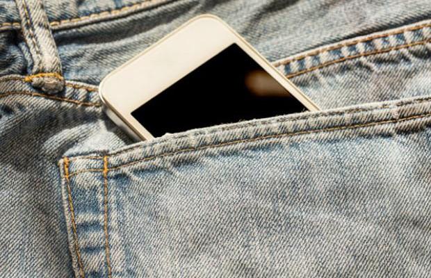 Estudo sugere que guardar celular no bolso pode afetar qualidade do esperma