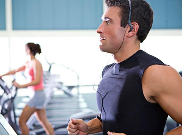 Ouvir música melhora desempenho durante realização de exercícios físicos, segundo estudo.