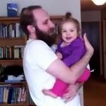 Pai faz a barba mas filhinha não aprova