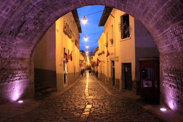 Calle La Ronda a noite