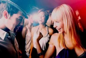 10 maneiras de flertar ou até acordar acompanhado depois da balada | Tudo Para Homens