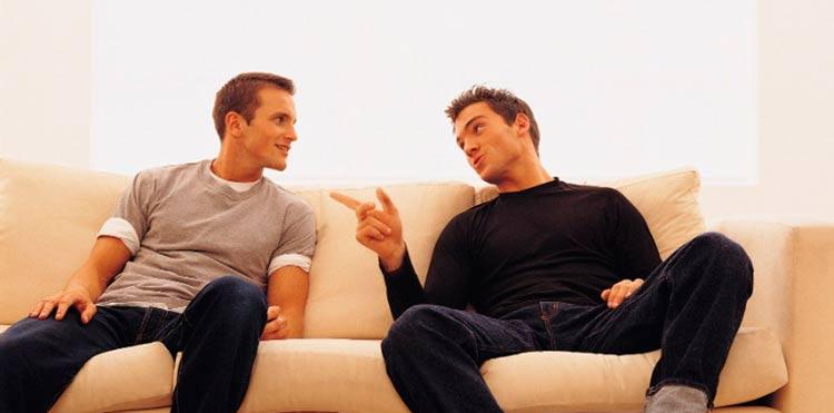 amigos-bate-papo-conversa-informal-homens-sentados-no-sofa