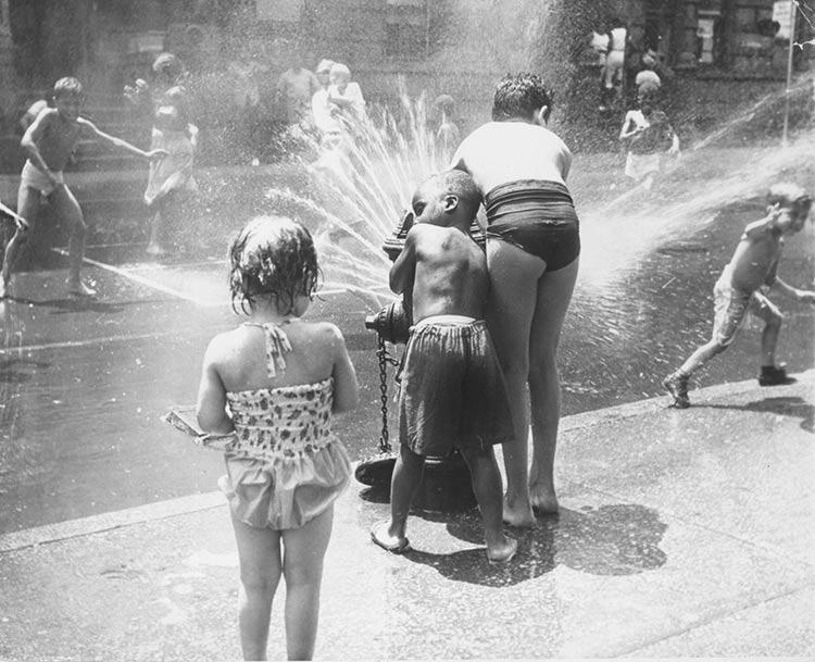 hidrante-criancada-se-divertindo