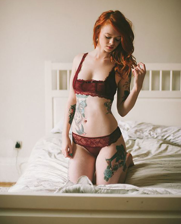 ruiva-tatuada-de-lingerie