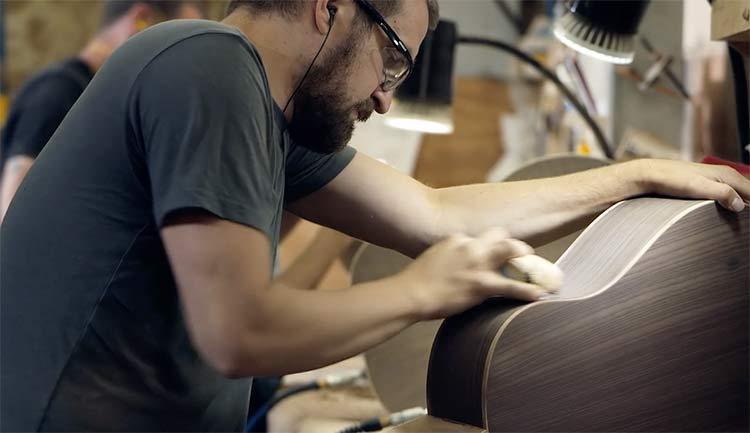 Por dentro da fábrica de violões da Gibson