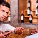 homem-conversando-bar
