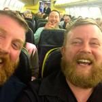 Passageiro senta no avião ao lado de um estranho que é idêntico a ele!