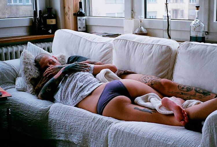 dormindo no sofá
