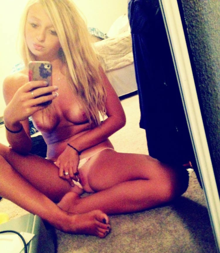 girl-play-herself-mirror-selfie-nude