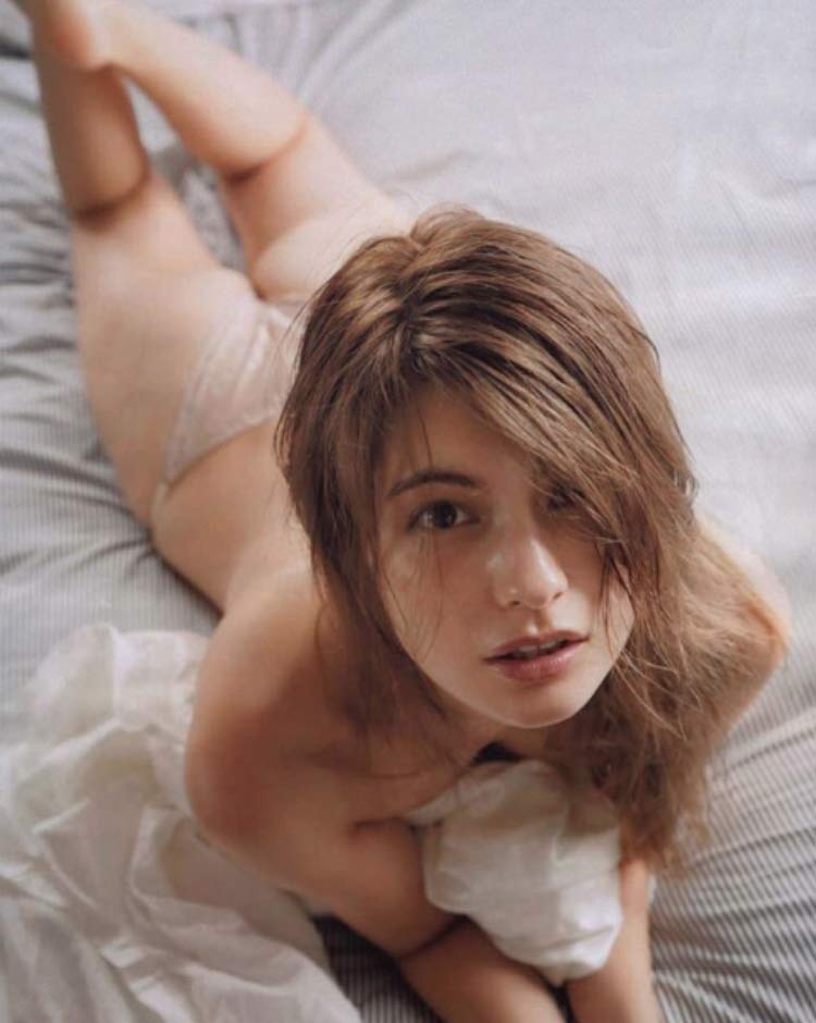 sexy-girl-waking-up-bed