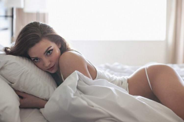 sexy-girl-waking-up