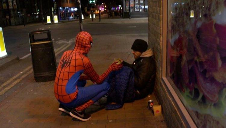 Britânico se veste de Homem-Aranha e sai pelas ruas alimentando pesoas desabrigadas