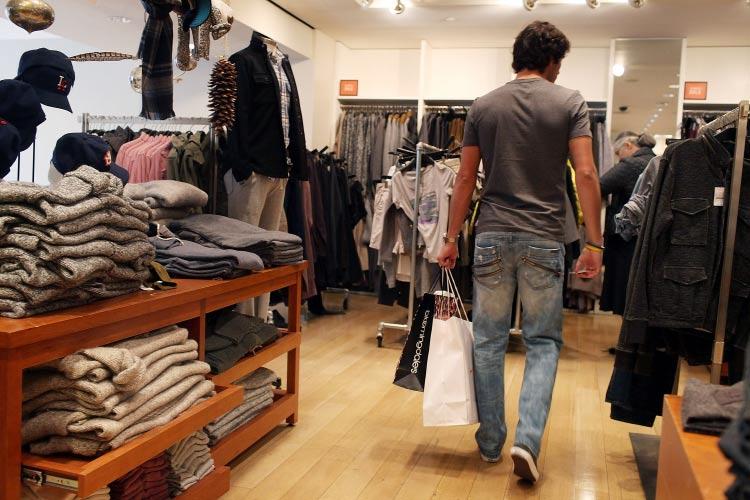 homem-no-shopping