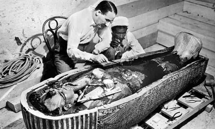 Howard-Carter-examinando-sarcofago-tutancamon