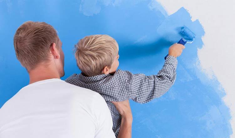 pai-filho-pintando-parede
