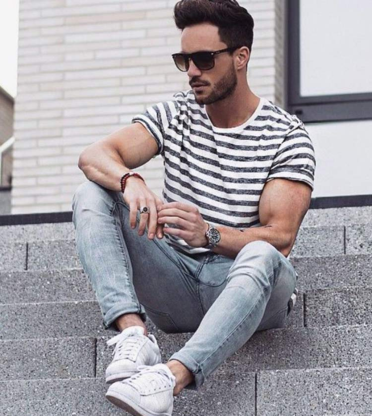 look-tenis-branco-camiseta-listras