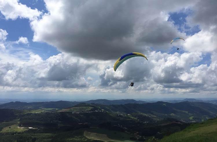 voando-paraglider-amparo
