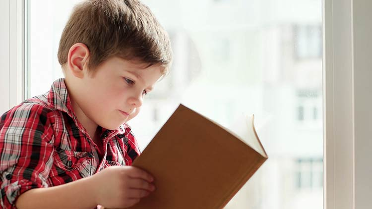 crianca-lendo-livro