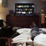 casal-assistindo-tv